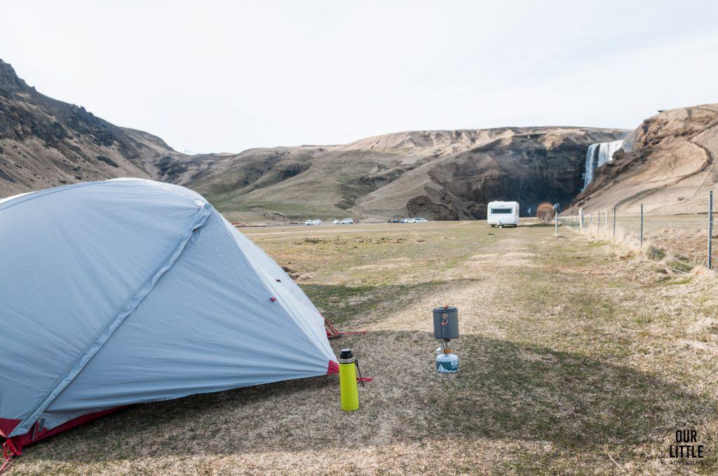 kemping obok islandzkiego wodospadu Skogafoss