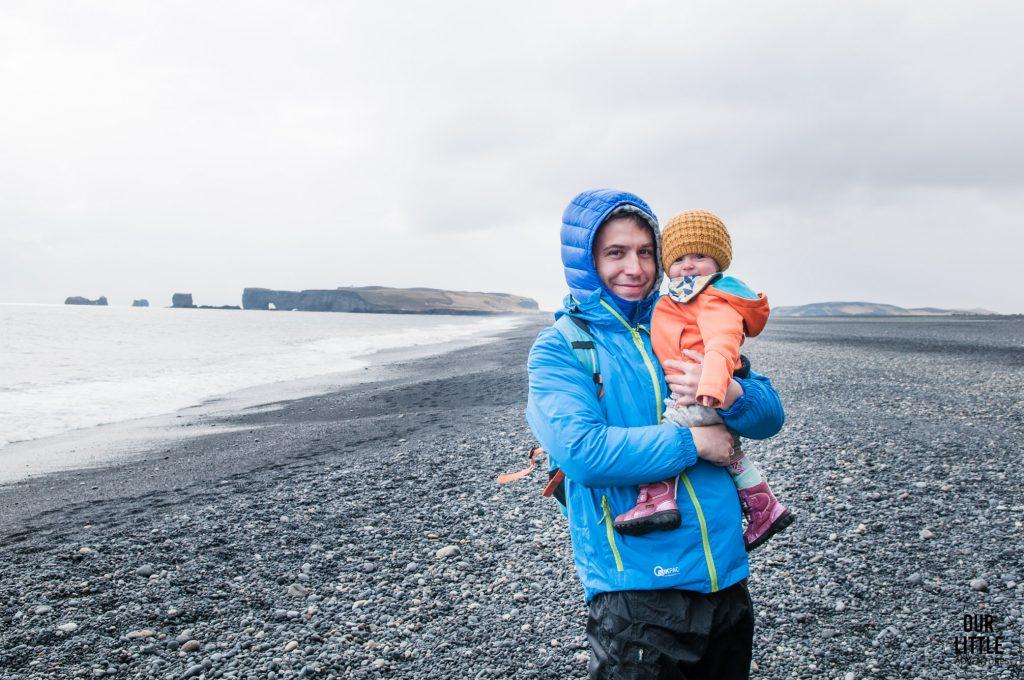 dziecko na czarnej plaży Reynisfjara