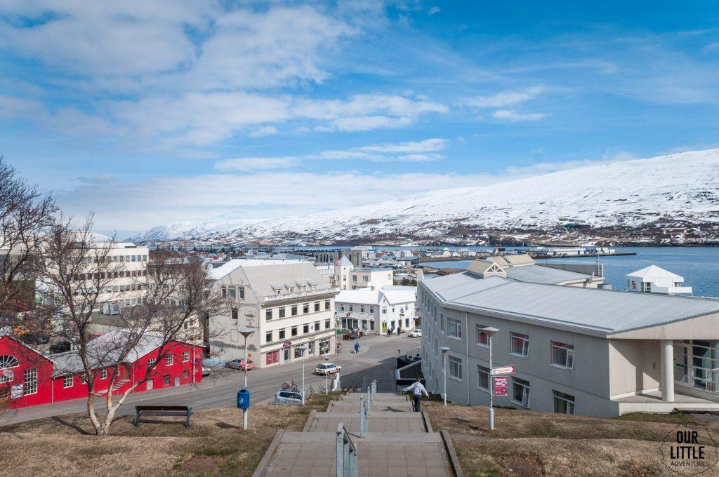 widok na Akureyri ze schodów katedry w Akureyri