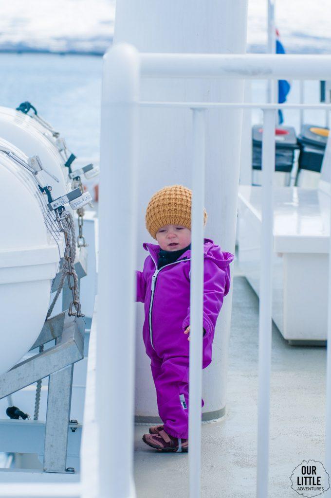 Dziecko na Islandii a dokładnie na pokładzie kutra wypływającego z Akureyri na oglądanie wielorybów