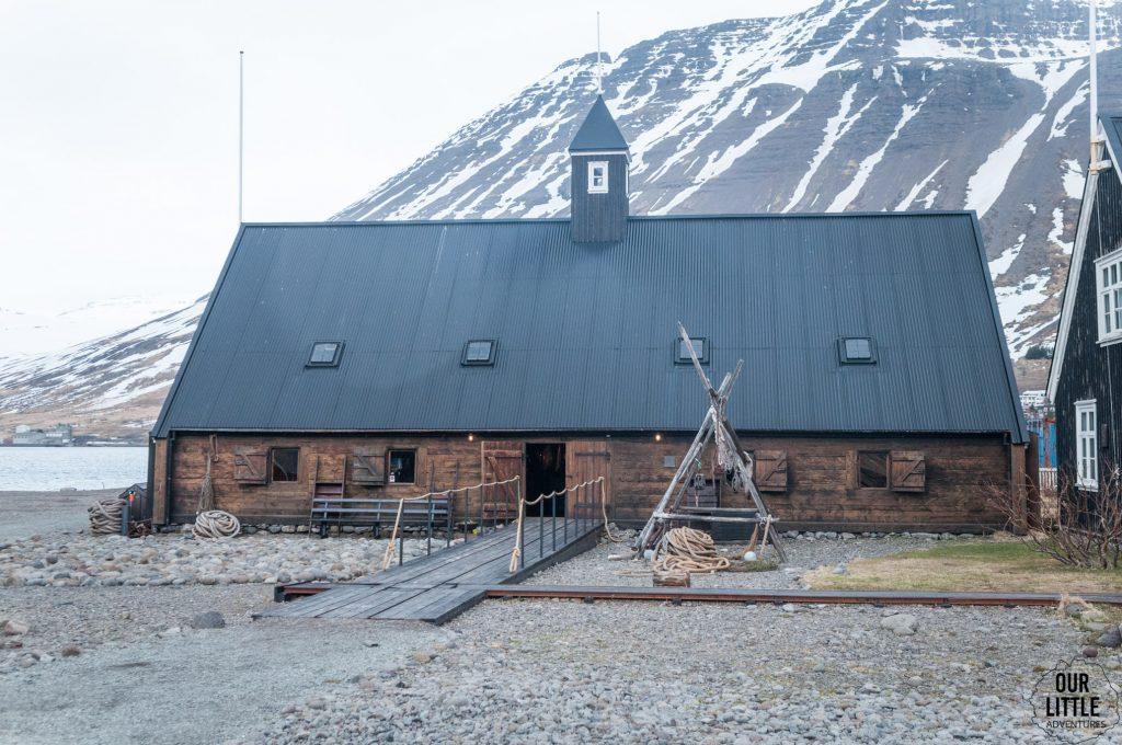 drewniany budynek muzeum morskiego w Isafjordur,