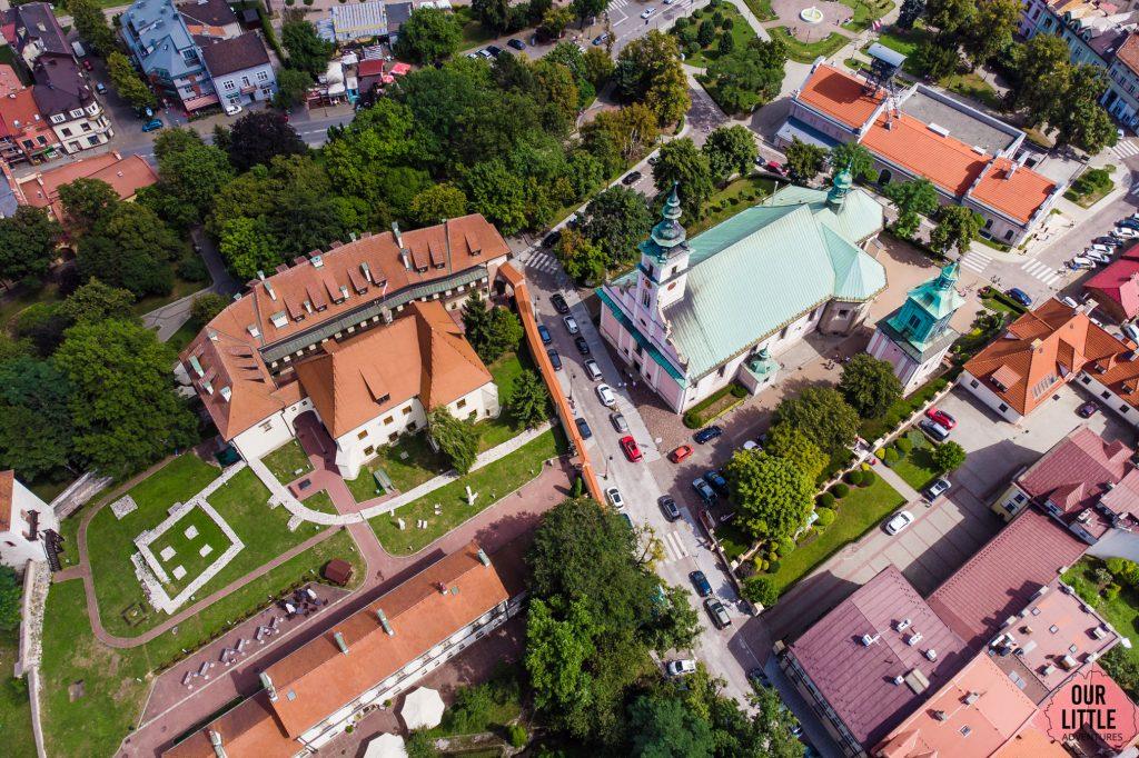 Wieliczka z dziećmi to dużo więcej niż kopalnia soli - po lewej Zamek Żupny po prawej kościół św Klemensa w wieliczce