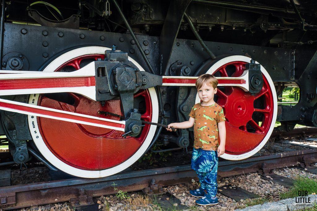 lokomotywa w parku św. kingii w wieliczce.