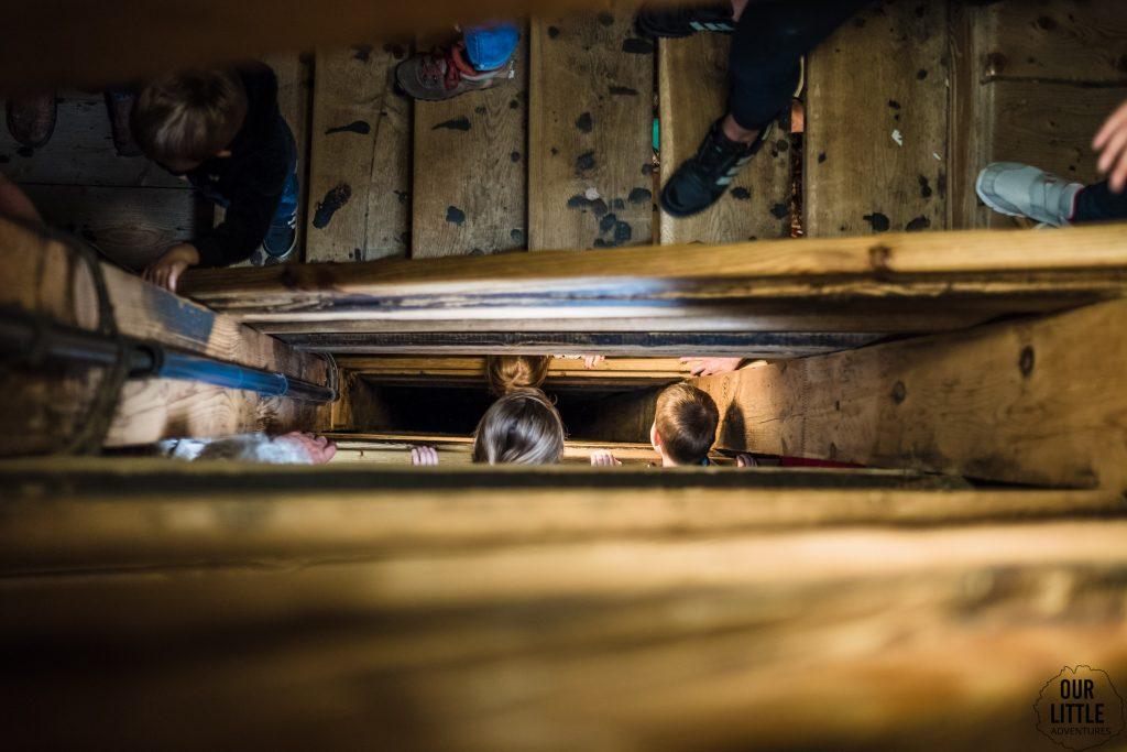 szyb daniłowicza, zejście schodami do kopalni soli w wieliczce