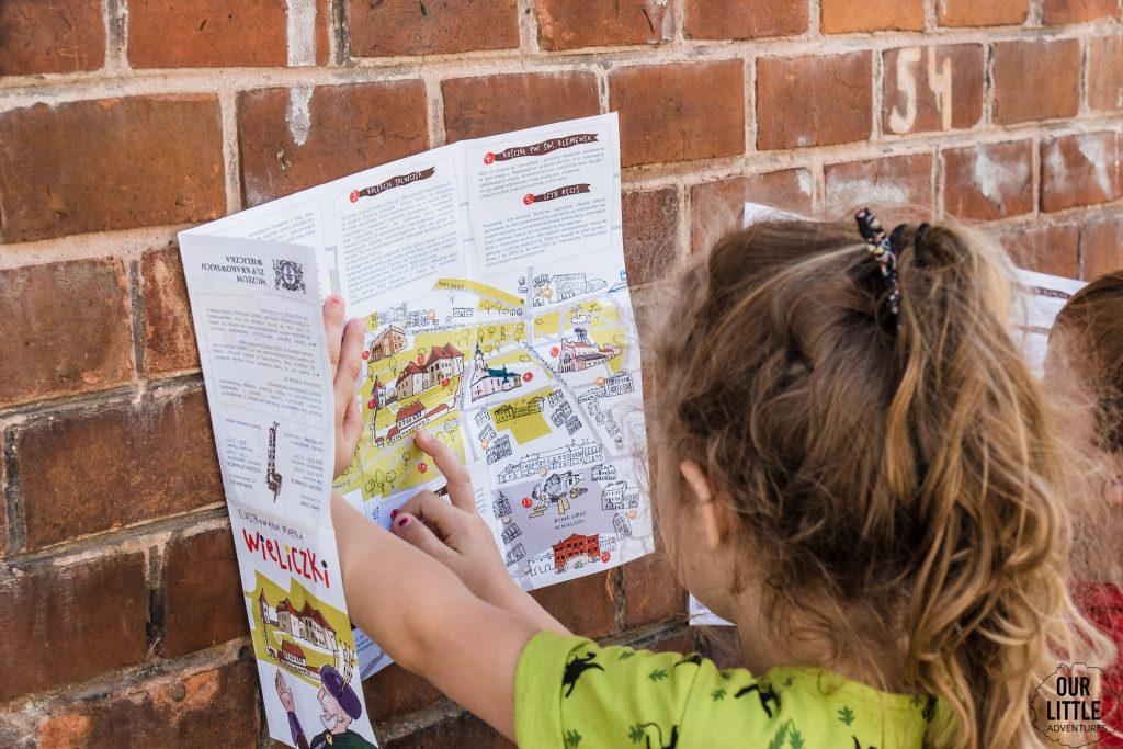 mapa turystyczna wieliczki przeglądana przez dzieci