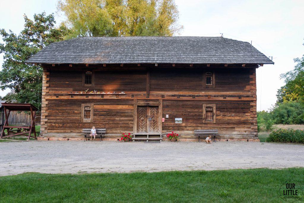Spichlerz - drewniany budynek z XIX wieku przeniesiony z Podlodowa nad Wieprzem, Our Little Adventures