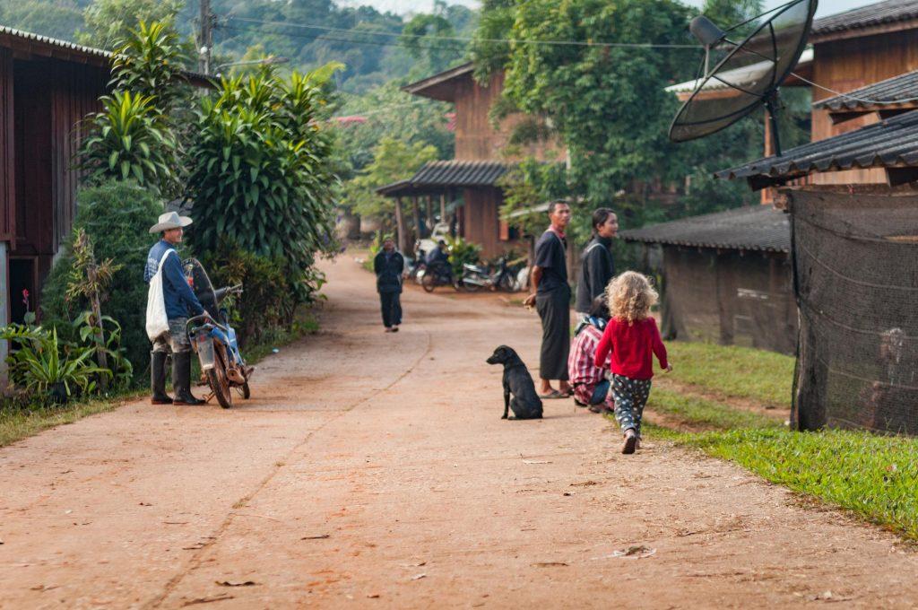 Rodzinne podróże. Tajska wioska w górach niedaleko Chiang Mai. Our Little Adventures