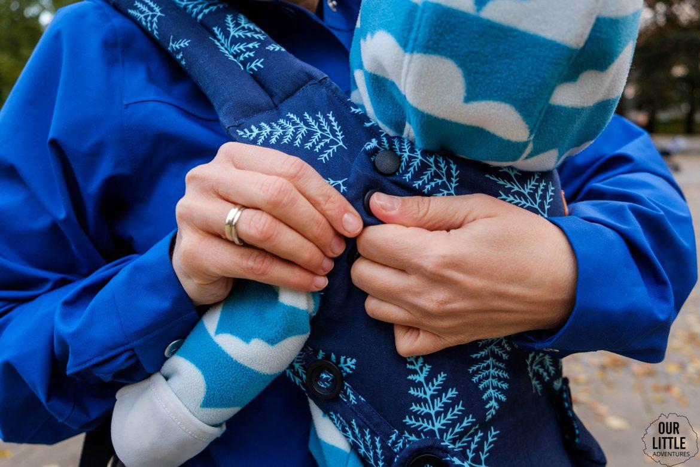 zapinanie usztywnianego zagłówka dla dziecka w Tula Explore test i porównanie nosidełek Tuli