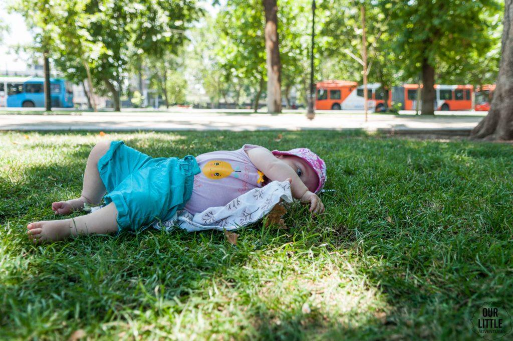 Dziecko leżące na trawie w parku Forestal w Santiago de Chile