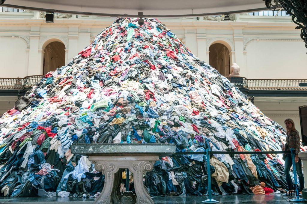 Wystawa ubrań w muzeum sztuk pięknych w Santiago de Chile