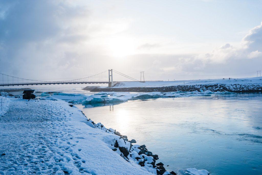 most na rzece na lagunie lodowcowej jokullsarlon