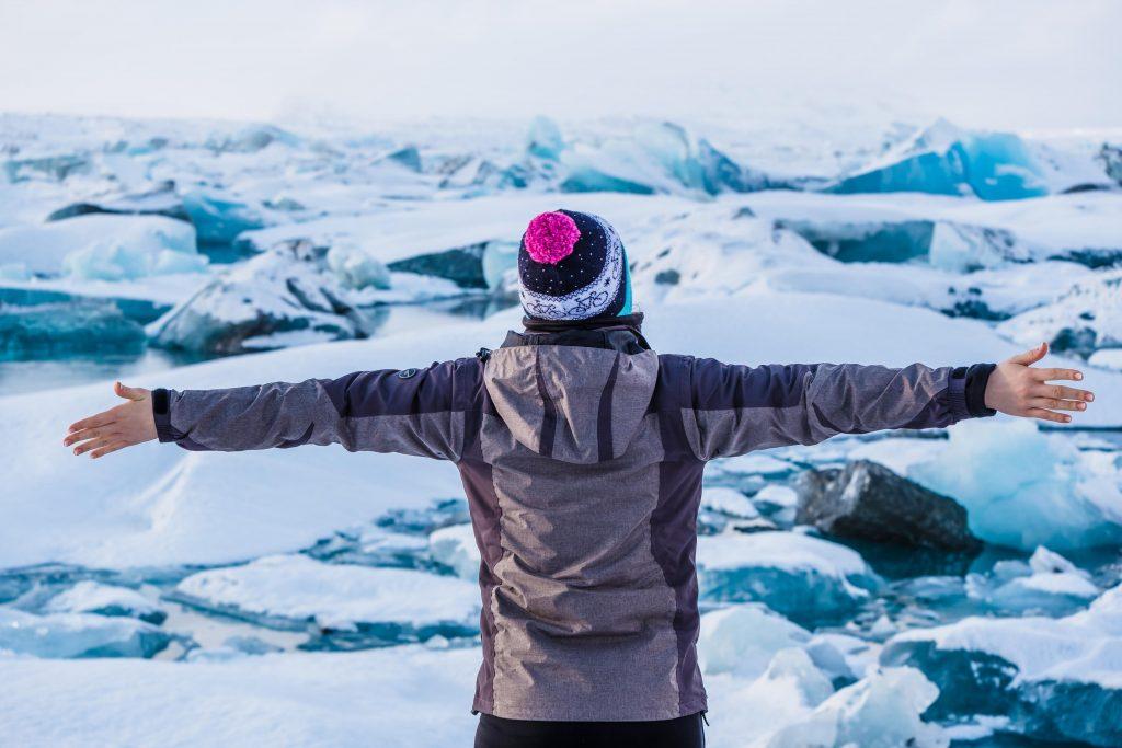 dziewczyna pozuje na tle lodowca jokulsarlon