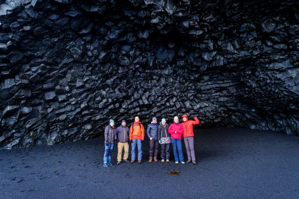 jaskinia HÁLSANEFSHELLIR na czarnej plaży Reynisjara