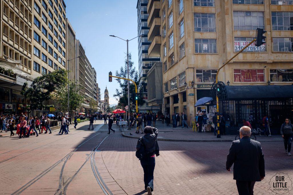 Carrera septima w Bogocie widok na przechodzących przez ulicę ludzi