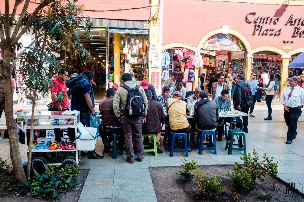 Ulica w Bogocie - ludzie grający w szachy na chodniku