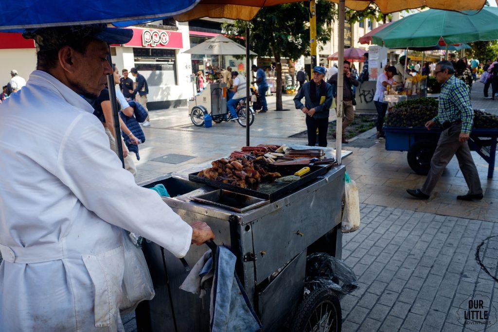 wózek z pieczonym mięsem na ulicach Bogoty prowadzony przez mężczyznę