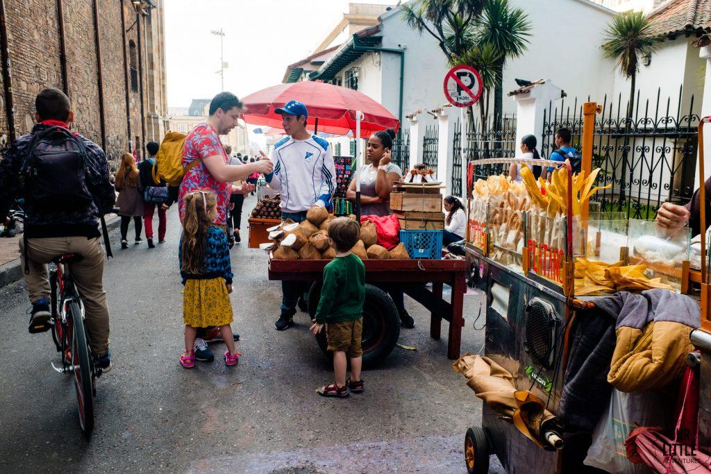 Sprzedawca kokosów na ulicy Bogoty