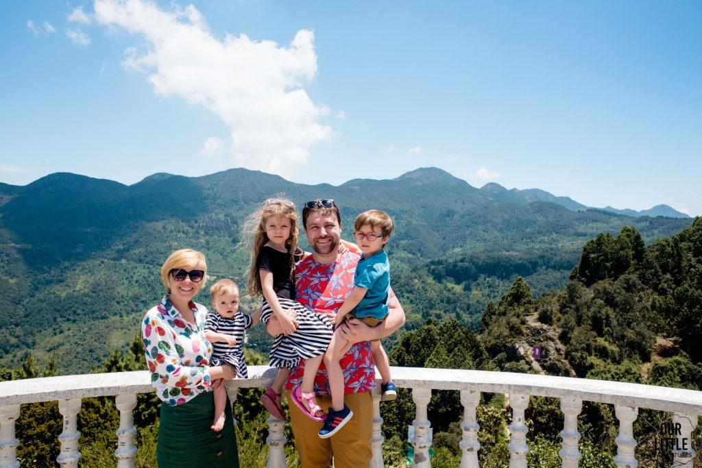Rodzina na balkonie pozuje na tle gór widocznych z cerro de Guadalupe