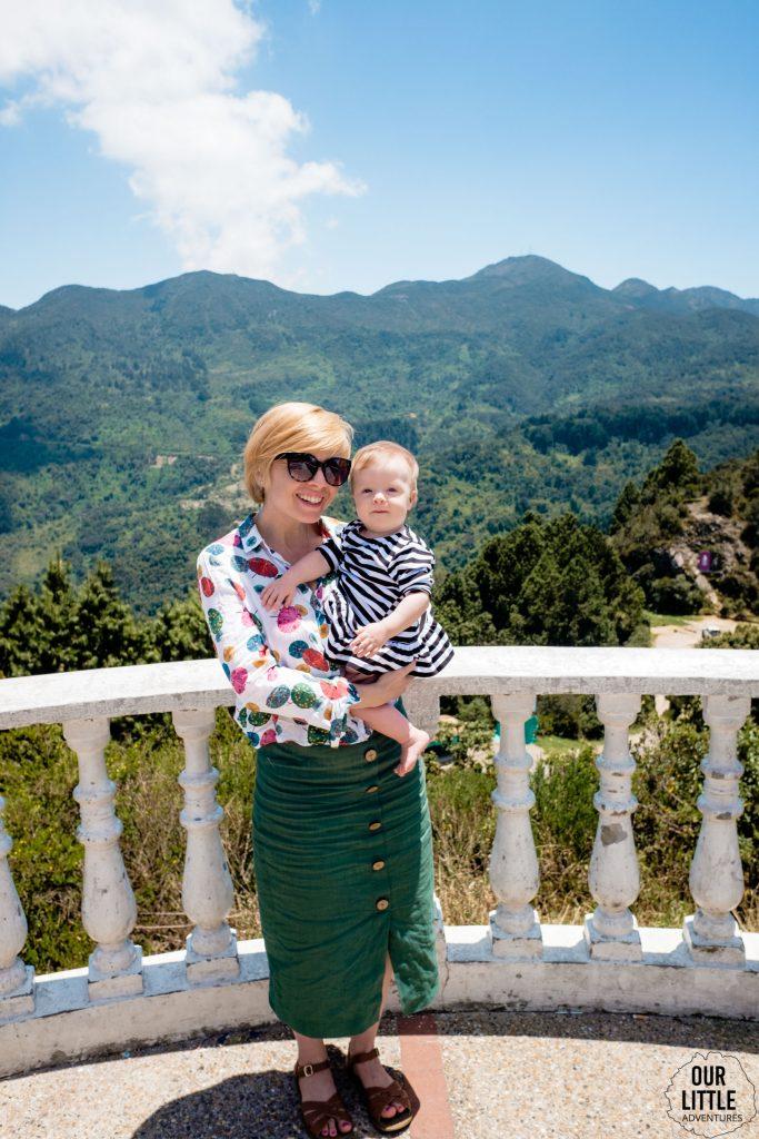 Kobieta z dzieckiem na ręku na cerro de Guadalupe