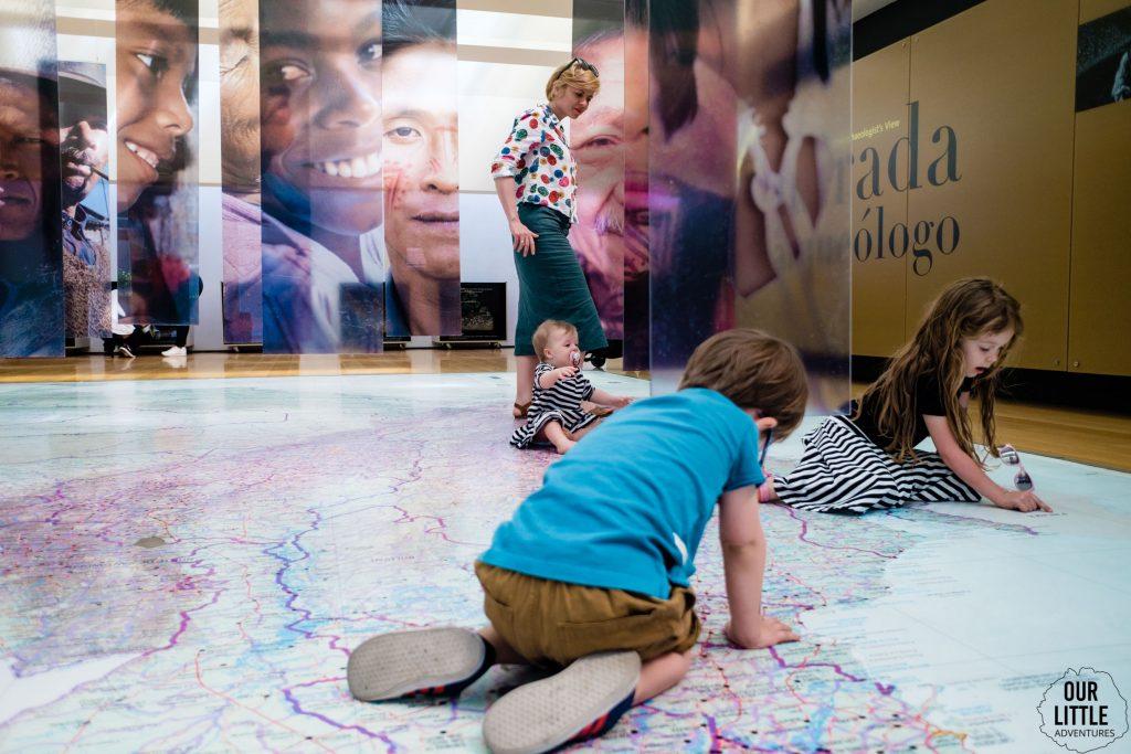 Dzieci bawią się na mapie w Muzeum Złota w Bogocie