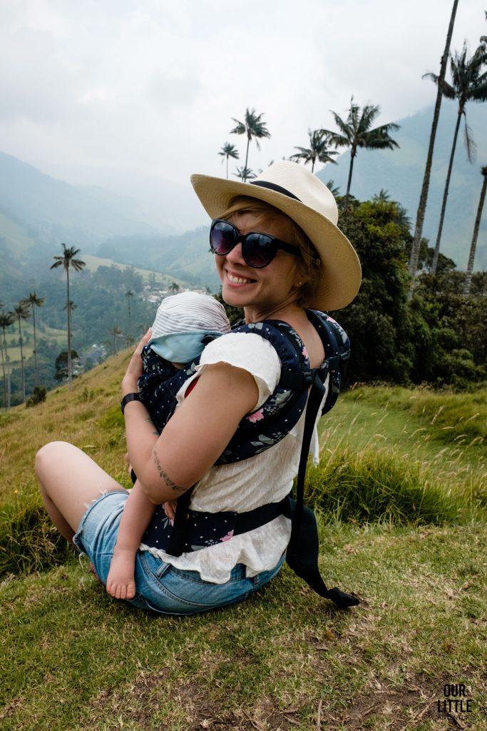 Karolina w nosidle z Basią na pierwszym punkcie widokowym na trekkingu w Valle de Cocora
