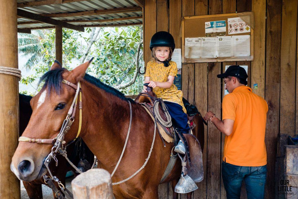 Mania przygotowuje się do jazdy konnej w Valle de Cocora