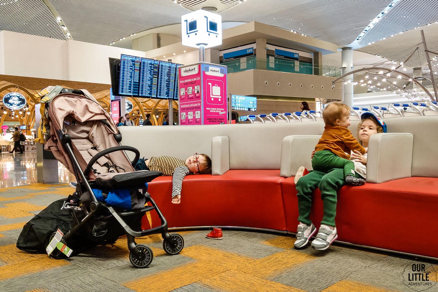 dzieci śpiące na lotnisku w Stambule