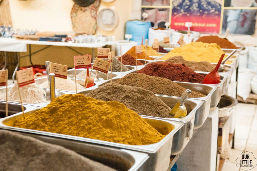 kolorowe przyprawy w sklepie w Nazarecie