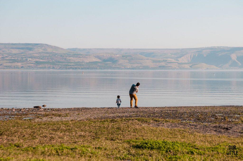 Mania i Mario puszczają kaczki z kamienie na tafli jeziora Galilejskiego