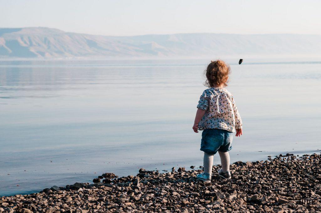 Mania rzuca kamieniami do jeziora Galilejskiego