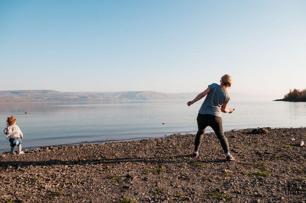 Karolina puszcza kaczki z kamienie na tafli jeziora Galilejskiego