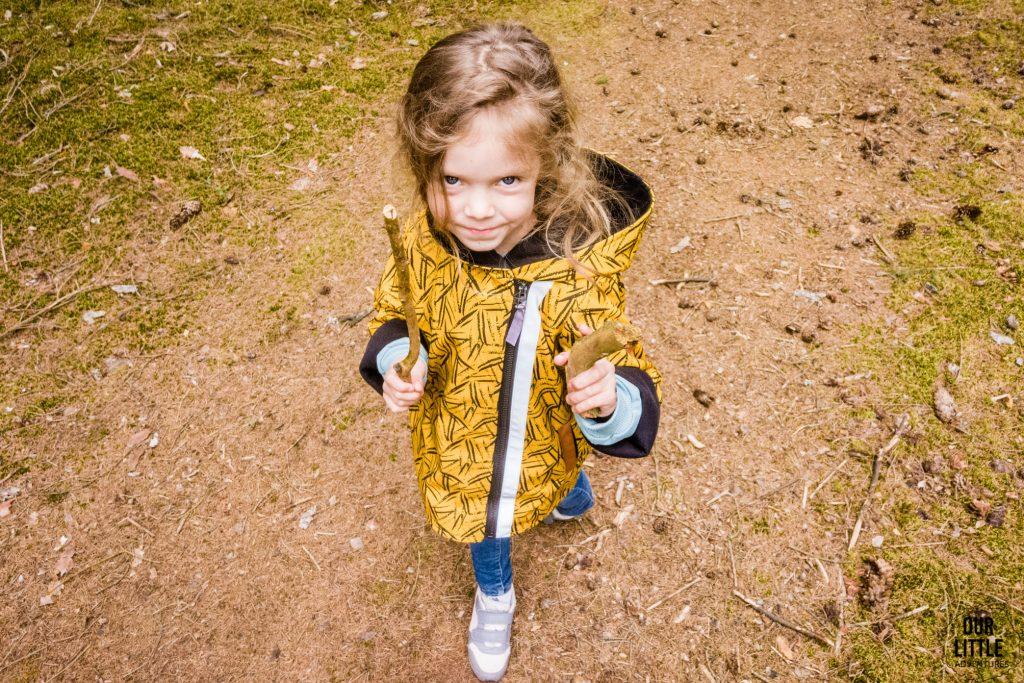 Mania ze znalezionymi kijkami i skarbami lasu