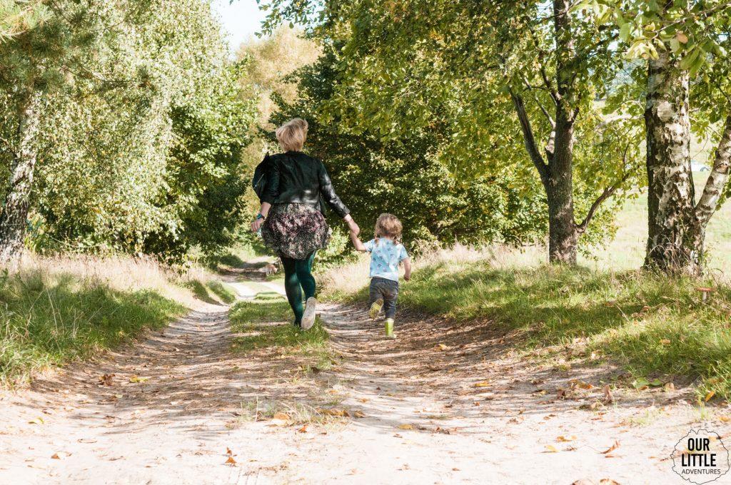 Karolina z Marianką biegną piaszczystą drogą