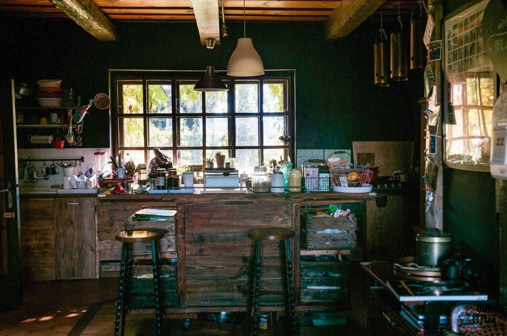 Kuchnia w Łan Sztuk, z ogromnym oknem w tle