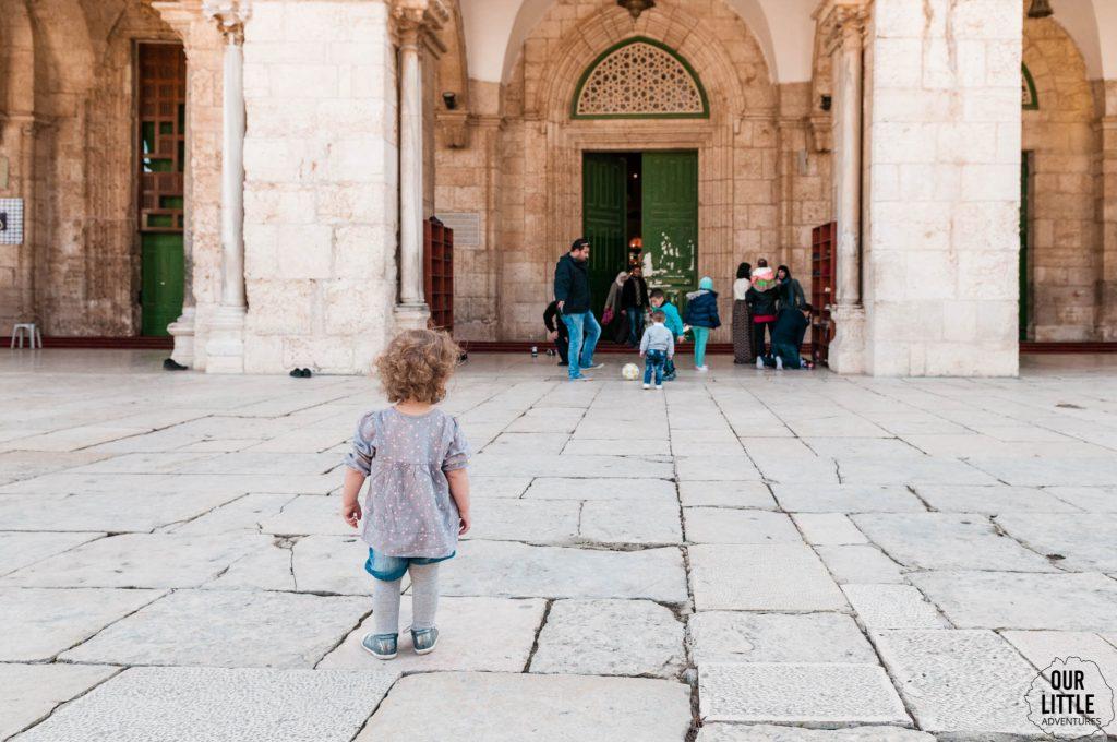 Mania przed wejściem do meczetu na Skale