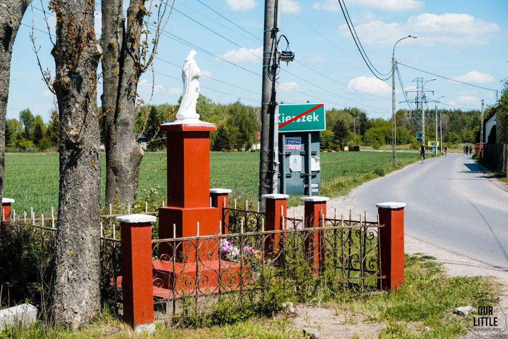 Kapliczka w Kierszkach na trasie szlaku głównego Kraina Jeziorki
