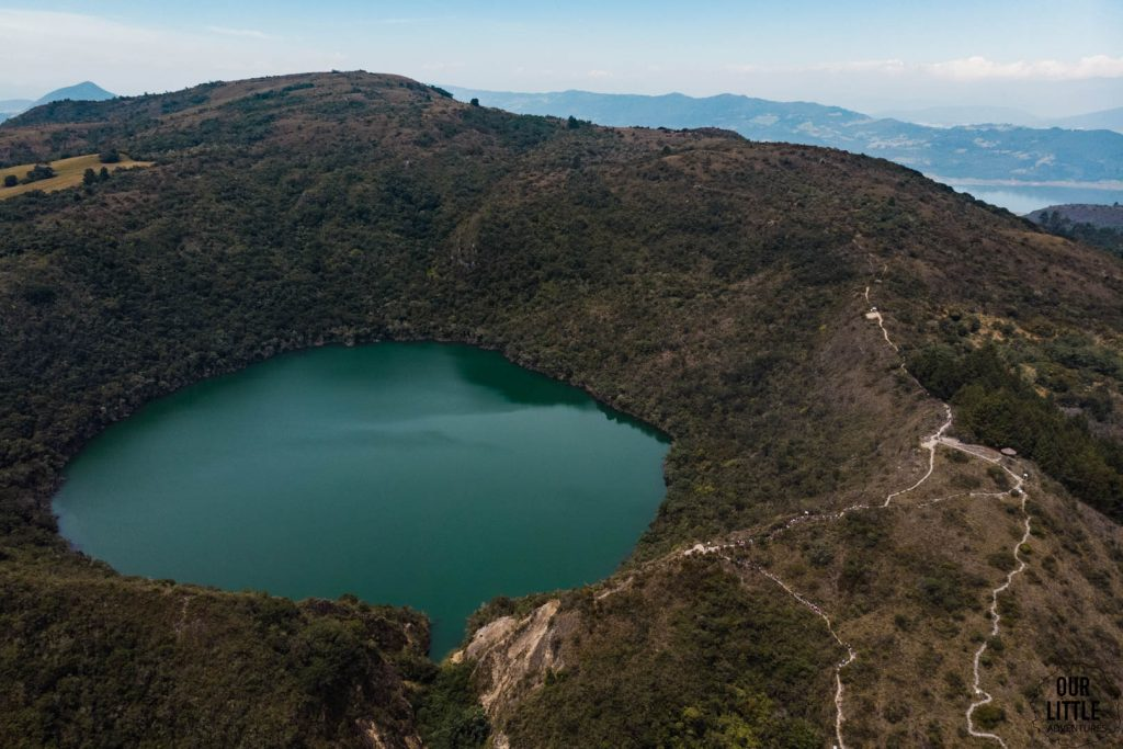 Widoczny szlak turystyczny na Lagunie Guatavita
