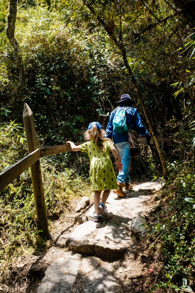 Mania wchodzi szlakiem do Laguny Gutatavita