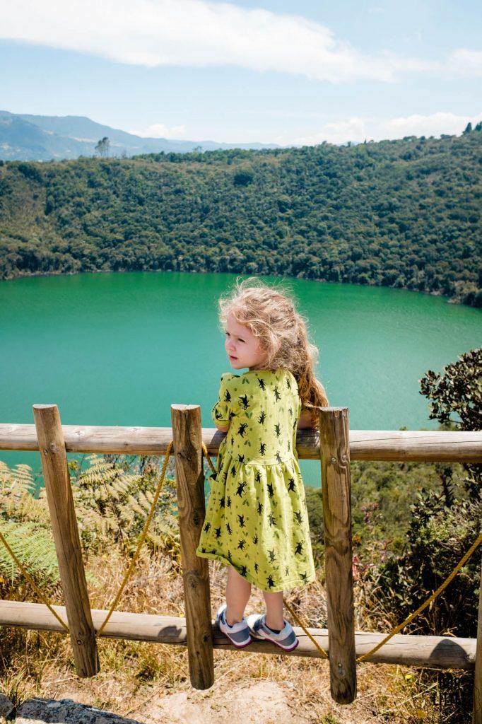 Marianka stoi na płotku w punkcie widokowym na Lagunie Guatavita
