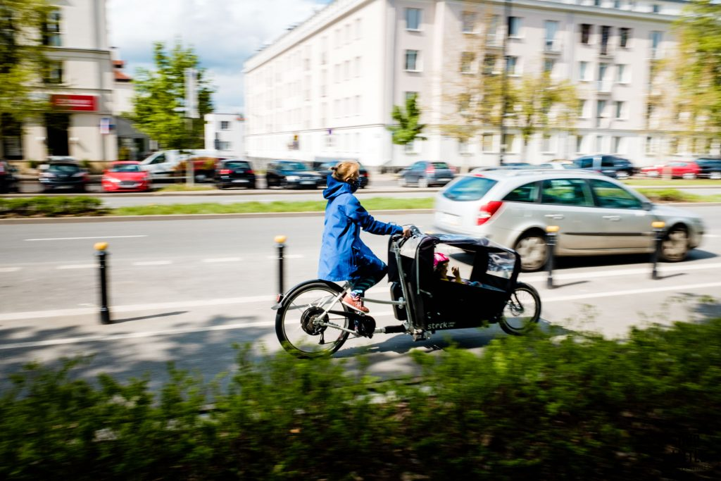 karolina jedzie w Stork cargo bike na ulicach Waraszawy
