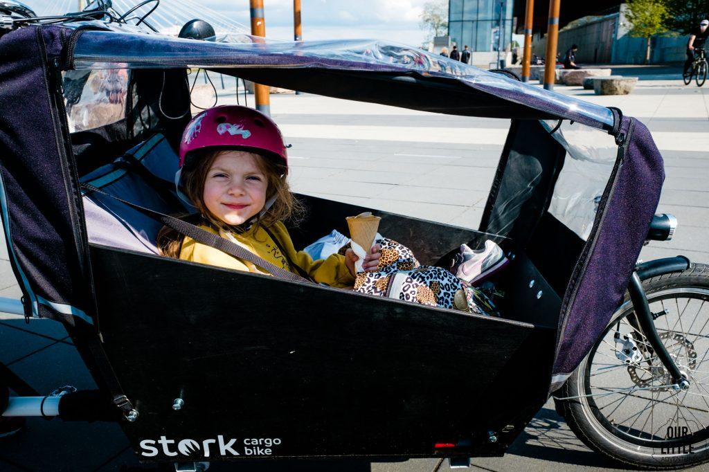 Marianna siedzi w skrzyni Stork cargo bike