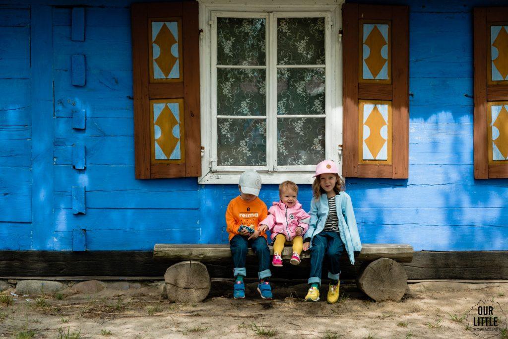 Skansen w Łowiczu, błękitna wiejska chata, ubrania fińskiej marki Reima, Our Little Adventures