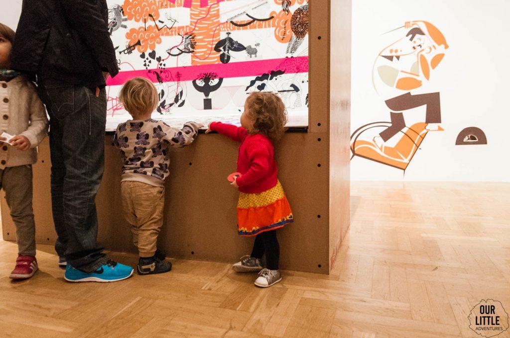 Mania bawi się na wystawie w Zachęcie