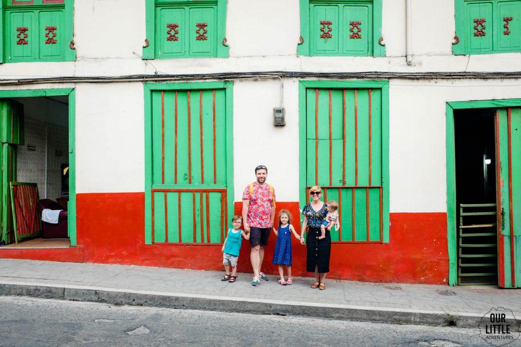 Rodzina na tle budynków w Calaraca