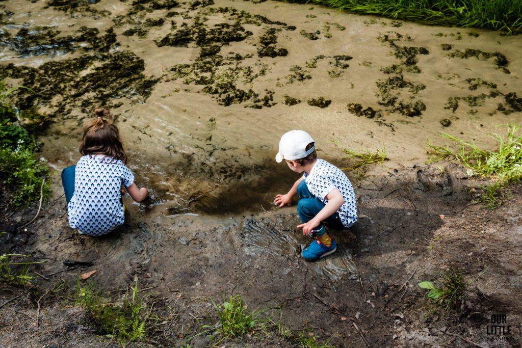 Dzieci bawią się przy największym wodospadzie na roztoczu - Jeleń