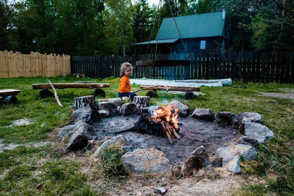 Mania piecze kiełbaskę z ogniska