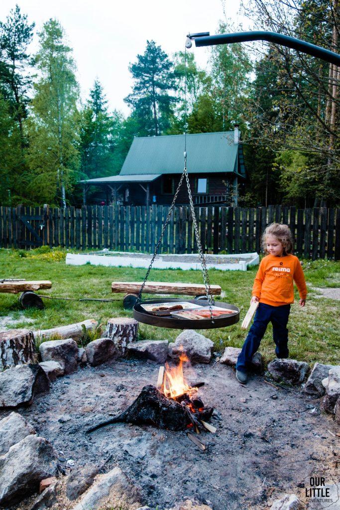 Mania dorzuca do ogniska drewno