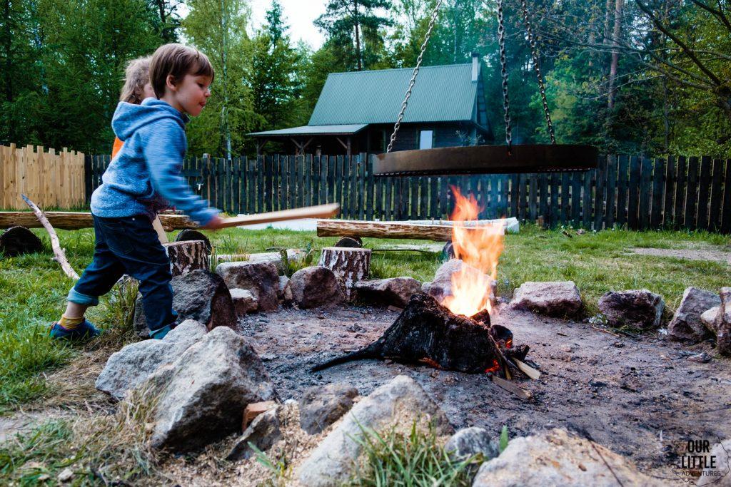 Dzieci dorzucają do ogniska