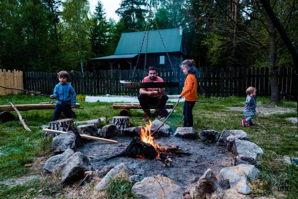 Rodzina siedzi przy ognisku w Las Zielone