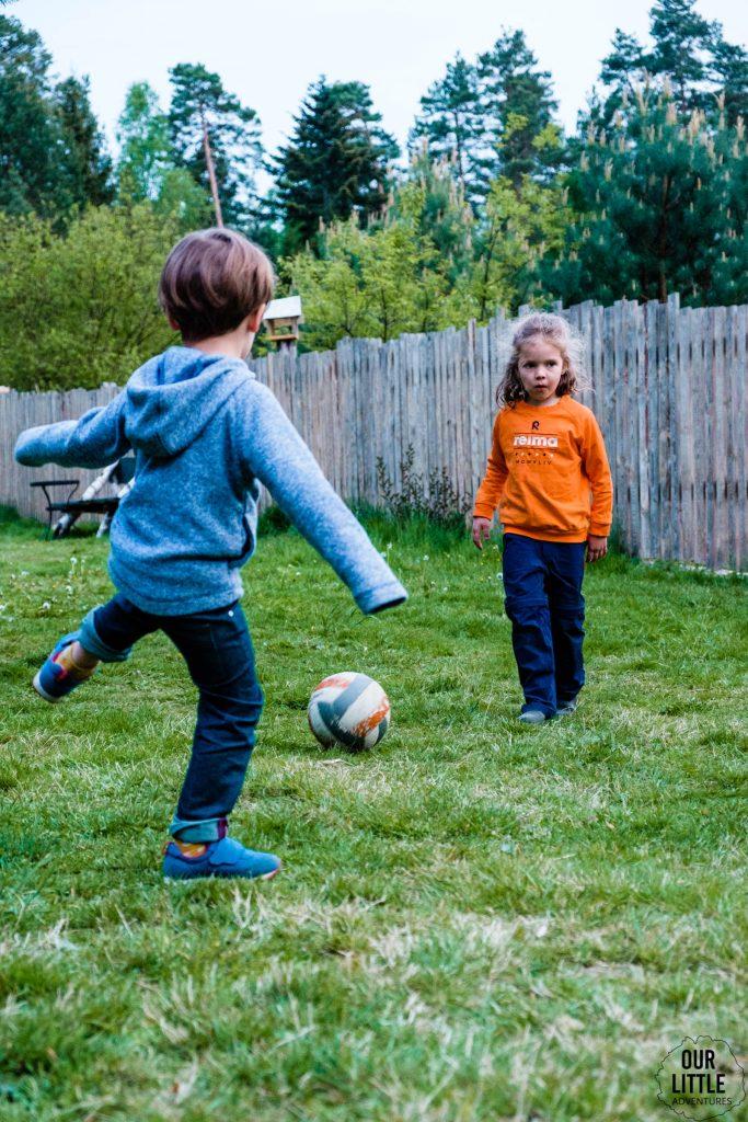 dzieci grają w piłkę w Las Zielone
